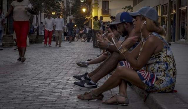 El raro mundo fuera de línea en Cuba espera por más Internet